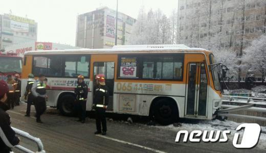 [사진]고양시 빙판길 버스 교통사고