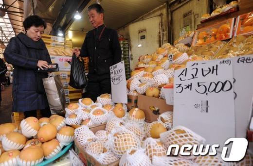 [사진]설 맞아 제수용품 구입하는 시민들