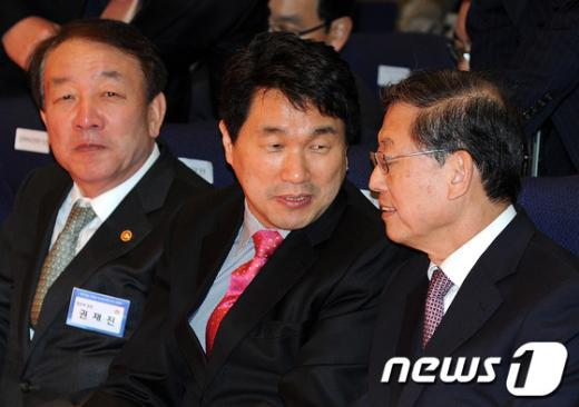 [사진]권재진·이주호 장관과 이야기 나누는 김황식 총리