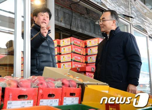 [사진]박재완 장관, 안양남부시장 방문