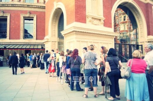 ↑ 세계적 클래식 페스티벌인 BBC 프롬스의  연주를 듣기위해 관객들이 길게 늘어서 있다.