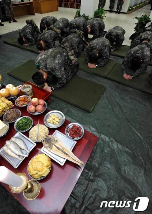 [사진]합동 차례 지내는 군 장병들