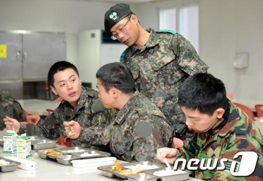 [사진]설 떡국 먹는 군 장병들