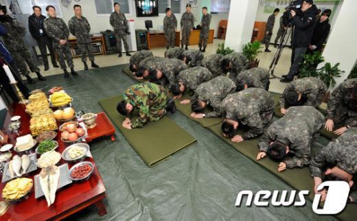 [사진]합동으로 차례 지내는 군 장병들