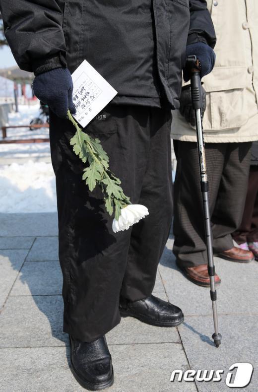 [사진]국화꽃 든 실향민
