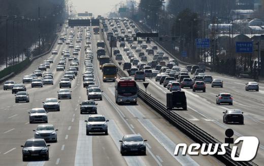 [사진]짧은 설 연휴로 양 방향 모두 정체되는 고속도로