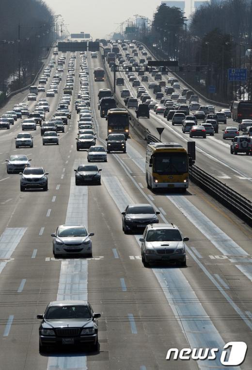 [사진]짧은 연휴 때문에 양 방향 모두 정체되는 고속도로