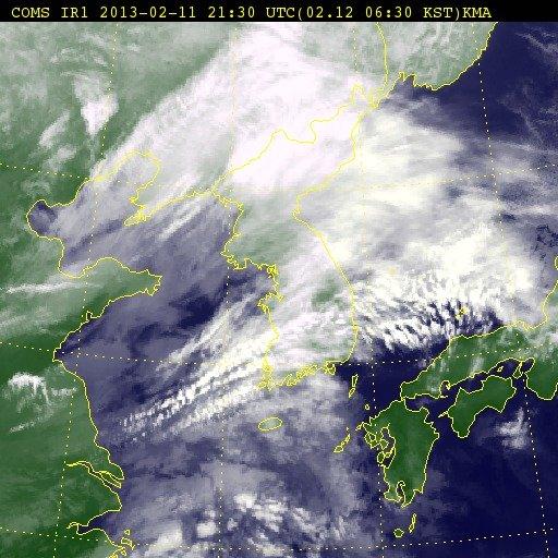 정지궤도위성 '천리안 기상위성'으로 바라본 12일 아침 6시30분 한반도 위성영상.  News1