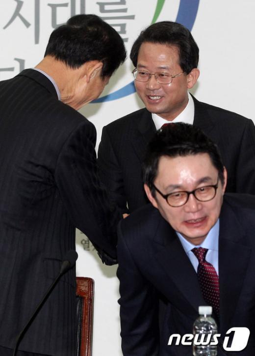 [사진]인사나누는 김장수-류성걸