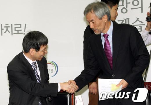 [사진]인사나누는 유민봉-박효종
