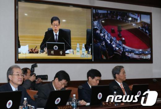[사진]김황식 총리, 첫 영상 국무회의 주재