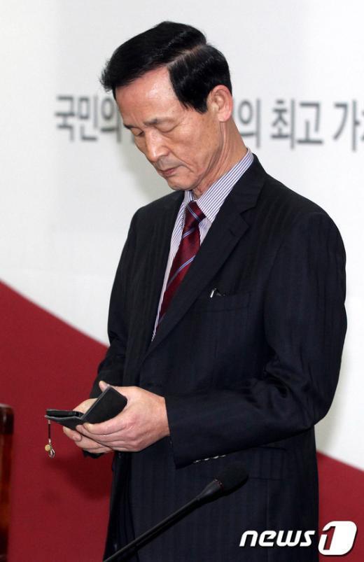 [사진]휴대폰 보는 김장수 간사