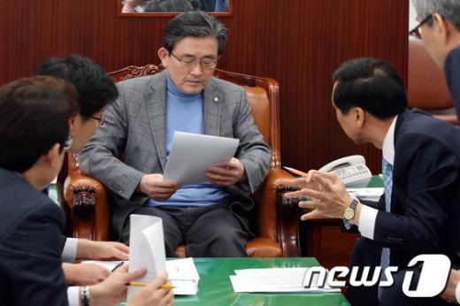 [사진]논의하는 새누리당 이한구 원내대표
