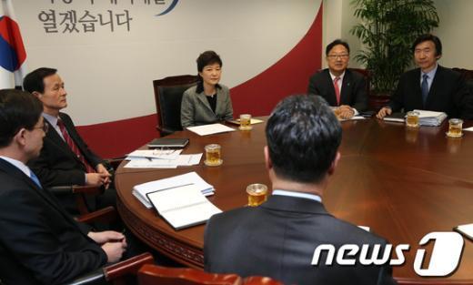 [사진]북한 3차 핵실험 보고 받는 박근혜 대통령 당선인