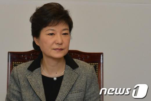 [사진]박근혜 당선인, 북핵 관련 보고 청취
