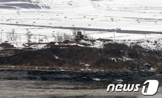 [사진]긴장감 흐르는 北 군초소