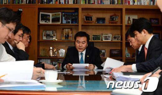 [사진]신제윤 차관, 北 핵실험 관련 긴급시장점검회의
