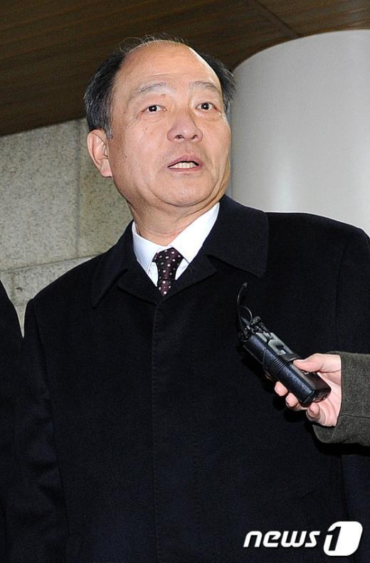 권혁 시도상선 회장이 12일 선고공판에 출석하기 위해 서울중앙지법으로 들어가고 있다.   News1 박지혜 기자