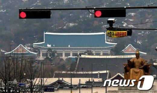 """북한이 3차 핵실험을 강행한 12일 오후 서울 세종로에서 바라본 청와대에 정적이 흐르고 있다. 정부는 오늘 오전 11시 58분께 북한 함경북도 길주군에서 규모 5.1 인공지진이 감지됐고 이곳은 북한이 1·2차 핵실험을 했던 곳과 동일하다고 밝혔다. 청와대는 이와 관련하여 """"비상대응 체제""""로 전환, 국가위기관리상황실에서 국가안전보장회의(NSC)를 소집했다. 2013.2.12 머니투데이/뉴스1  News1"""