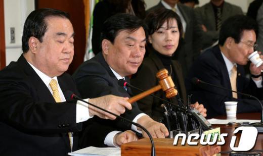 [사진]긴급비상대책위원회의 주재하는 문희상 비대위원장