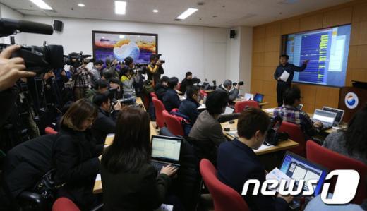북한이 3차 핵실험을 강행한 12일 오후 서울 동작구 대방동 기상청 브리핑룸에서 유용규 지진감시과 사무관이 북한 함경북도 지역에서 발생한 인공지진과 관련 지진 파형을 보며 브리핑을 하고 있다. 기상청은 오늘 11시 57분경 북한지역에서 지진발생 후 진동을 감지하고, 이 지진이 자연지진 또는 인공지진인가에 대해 상세히 분석한 결과 대규모 폭발에 의한 인공지진으로 추정한다고 밝혔다. 2013.2.12/뉴스1  News1   양동욱 기자