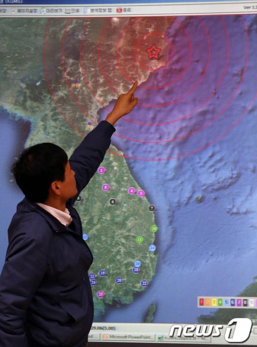 북한이 3차 핵실험을 강행한 12일 오후 서울 동작구 대방동 기상청 브리핑룸에서 관계자가 북한 함경북도 지역에서 발생한 인공지진과 관련 지진 파형을 보며 브리핑을 하고 있다. 기상청은 오늘 11시 57분경 북한지역에서 지진발생 후 진동을 감지하고, 이 지진이 자연지진 또는 인공지진인가에 대해 상세히 분석한 결과 대규모 폭발에 의한 인공지진으로 추정한다고 밝혔다. 2013.2.12/뉴스1  News1   양동욱 기자