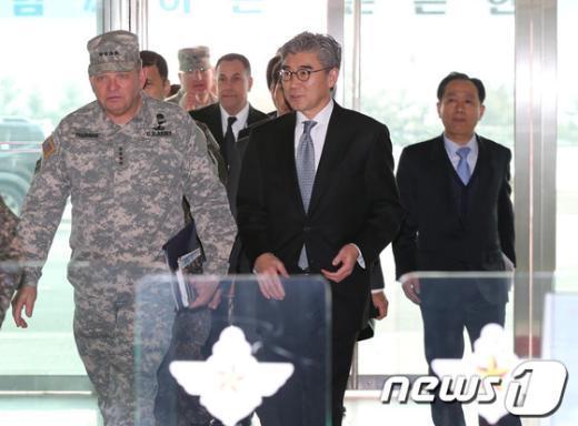 성 김 주한 미국대사와 제임스 서먼 한미연합사령관이 김관진 국방부장관과 북한의 3차 핵실험과 관련해 한미공조대응방안을 논의하기 위해 12일 오후 서울 용산 국방부로 들어서고 있다. 2013.2.12/뉴스1  News1   허경 기자