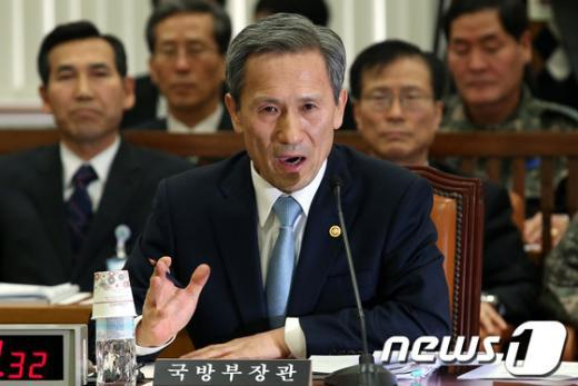 [사진]北핵실험 관련 질의 답하는 김관진 장관