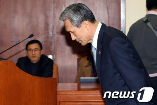 [사진]국회 국방위 출석한 김관진 장관