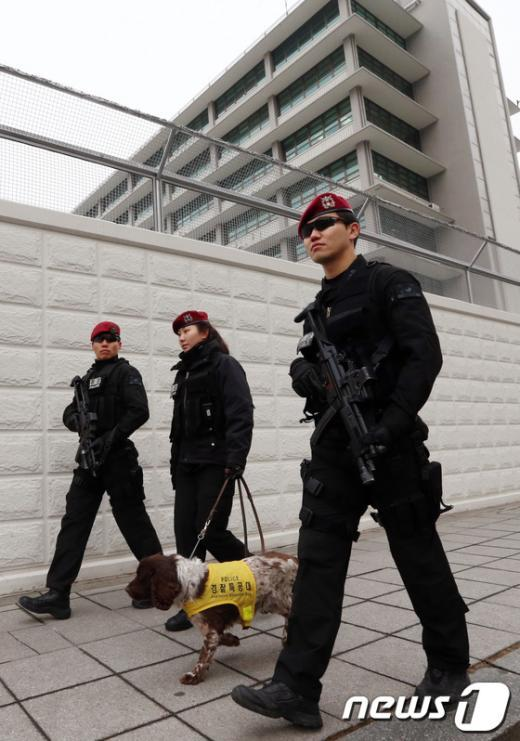 북한이 제3차 핵실험을 강행한 12일 오후 서울 광화문 미국대사관 인근에 무장경찰이 투입돼 경계를 강화하고 있다.  News1