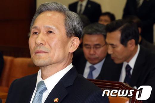 [사진]생각에 잠긴 김관진 장관