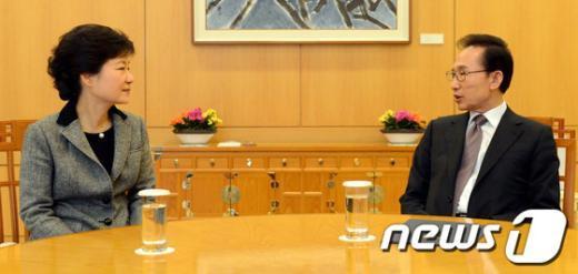 이명박 대통령과 박근혜 당선인이 12일 오후 청와대에서 만나 북한의 3차 핵실험 강행과 관련 대응방안을 논의하고 있다. (청와대 제공) 2013.2.12/뉴스1  News1 오대일 기자