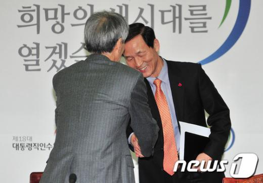 [사진]악수 나누는 유민봉-김장수
