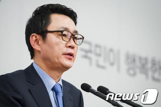 [사진]간사단회의 브리핑하는 윤창중 대변인