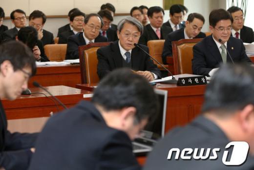 [사진]의원들 질의에 답하는 감사원장