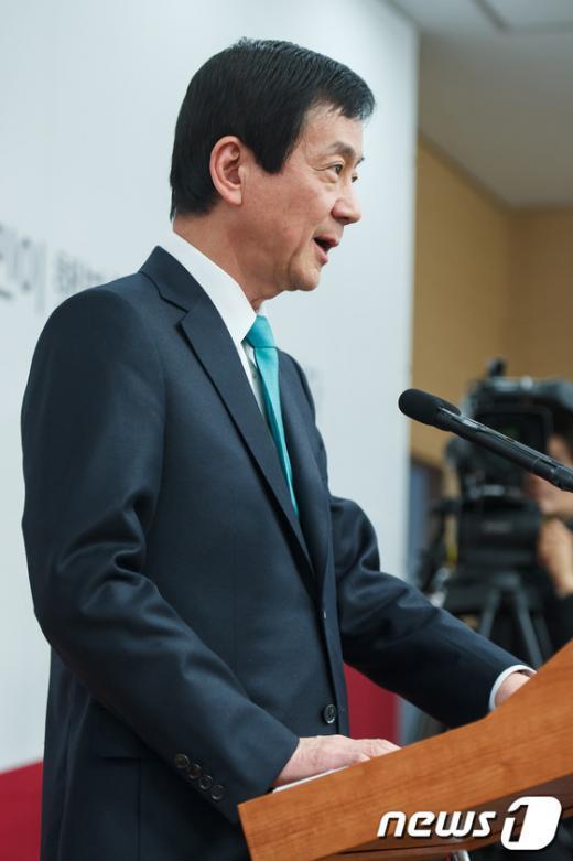 [사진]내각 인선 발표하는 진영 인수위 부위원장