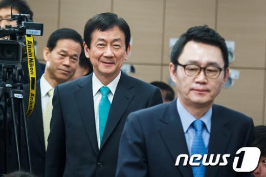 [사진]2차 인선 결과 발표 들어서는 진영 인수위 부위원장