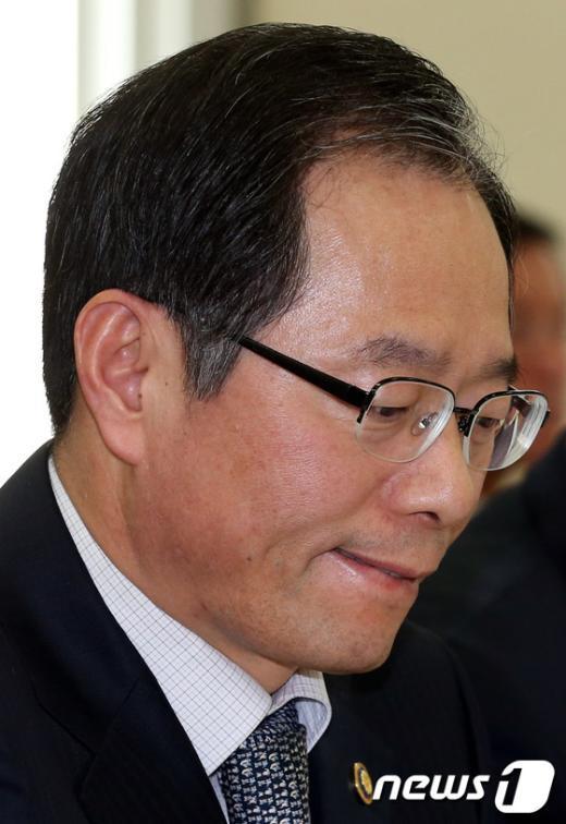 [사진]난감한 표정 짓는 김기용 경찰청장