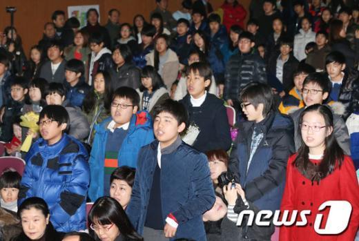 [사진]마지막으로 교가 부르는 졸업생들