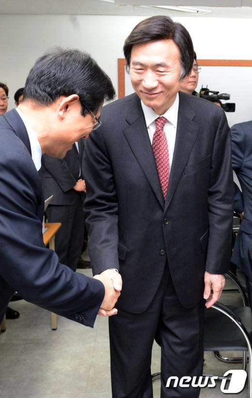 [사진]축하인사 받는 윤병세 외교부장관 내정자