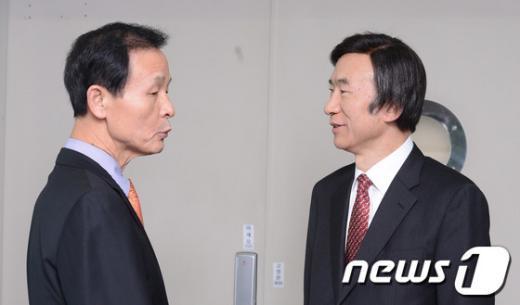 [사진]이야기 나누는 새 정부 외교-안보라인 수장
