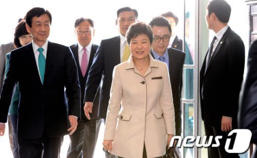 [사진]인수위 들어선 박근혜 당선인
