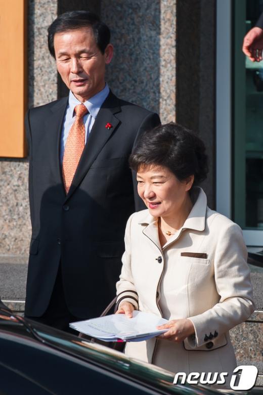 [사진]박근혜 당선인 배웅하는 김장수 청와대 국가안보실장 내정자