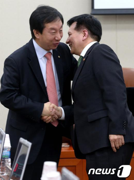 [사진]반갑게 인사 나누는 이채필 장관과 김성태 간사