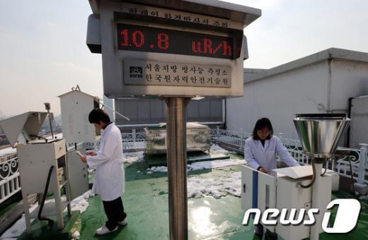 [사진]방사능 측정하는 연구원들