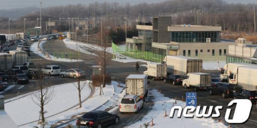 13일 오전 경기 파주 남북출입사무소(CIQ)를 통해 차량들이 개성공단을 향해 출경하고 있다. 2013.2.13/뉴스1  News1 양동욱 기자