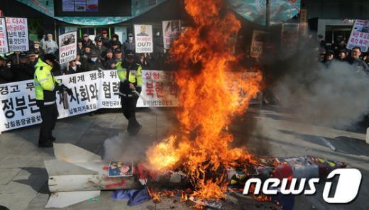 [사진]불타는 북한 미사일 모형