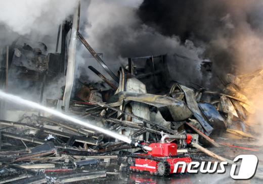 [사진]화재 진압하는 소방로봇