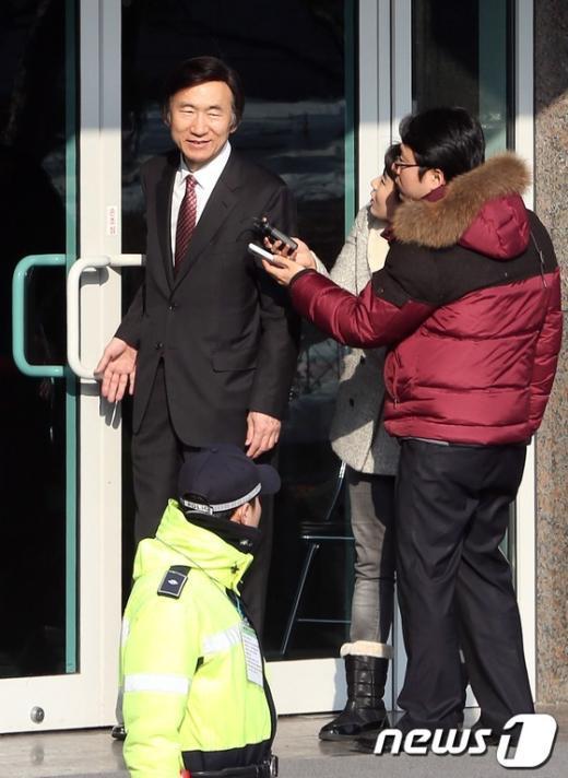 [사진]취재진 질문 답하는 윤병세 외교부장관 내정자
