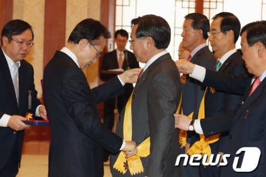 [사진]李 대통령, 김기문 중기중앙회장 훈장 수여